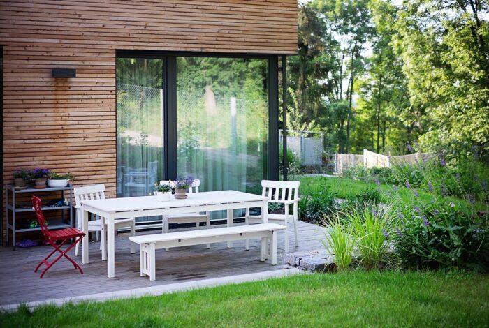 Zahrady od Flera design jsou místem, kde byste chtěli žít. Například jejich Zahrada s houpačkou vás okouzlí svou útulností.